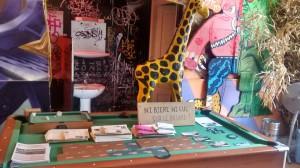 Photo de notre table de billard de réunion, au bar de la Gare XP, avec les livres offerts aux bénéloves...