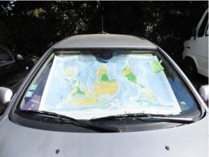 Claire : la planisphère est un excellent pare-soleil militant !